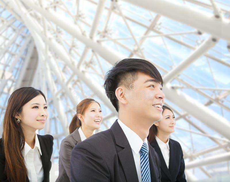 Den unga affärsmannen och affärskvinnan står i det moderna kontoret royaltyfri bild