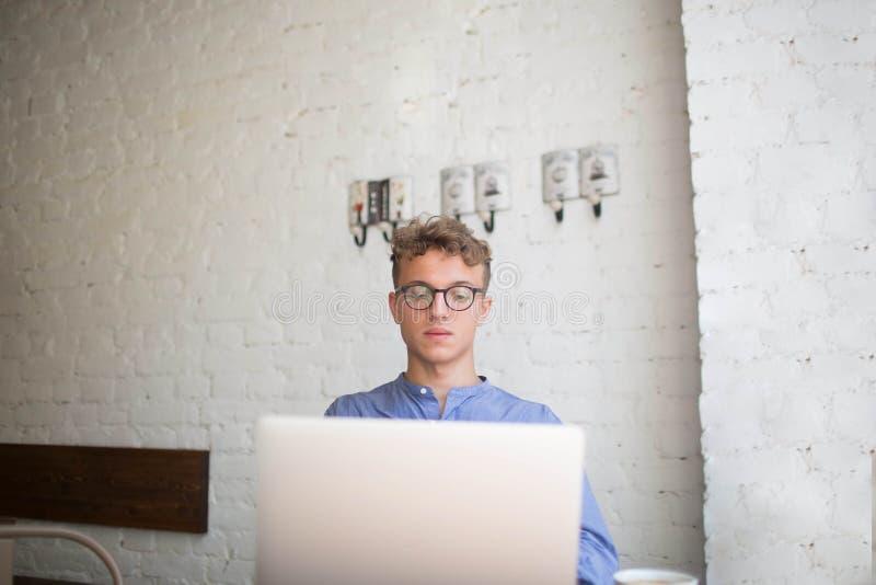 Den unga affärsmannen som använder netto-boken för, skapar finansiellt plan royaltyfri foto