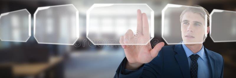 Den unga affärsmannen som trycker på den osynliga imaginära manöverenheten mot tabellen och, tömmer stolar i regeringsställning arkivfoto