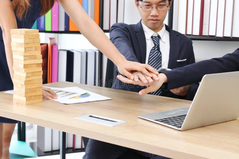 Den unga affärspartnern sammanfogade handen tillsammans till att hälsa färdigt handla i regeringsställning Framgång- och teamwork arkivbild