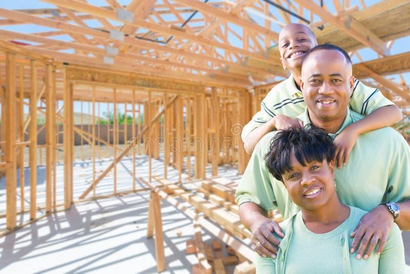 Den unga afrikansk amerikanfamiljen på plats inom deras nya hem lurar arkivbild