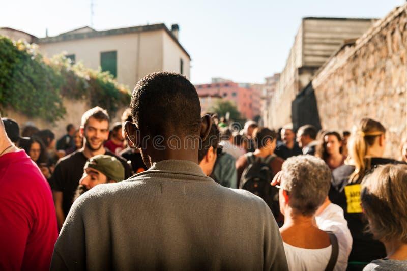 Den unga afrikanska flyktingen på migranter marscherar i rome royaltyfri foto