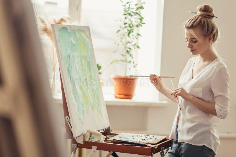 Den unga aktiva ambitiösa flickan har sammanfogat en konstklubba arkivbild