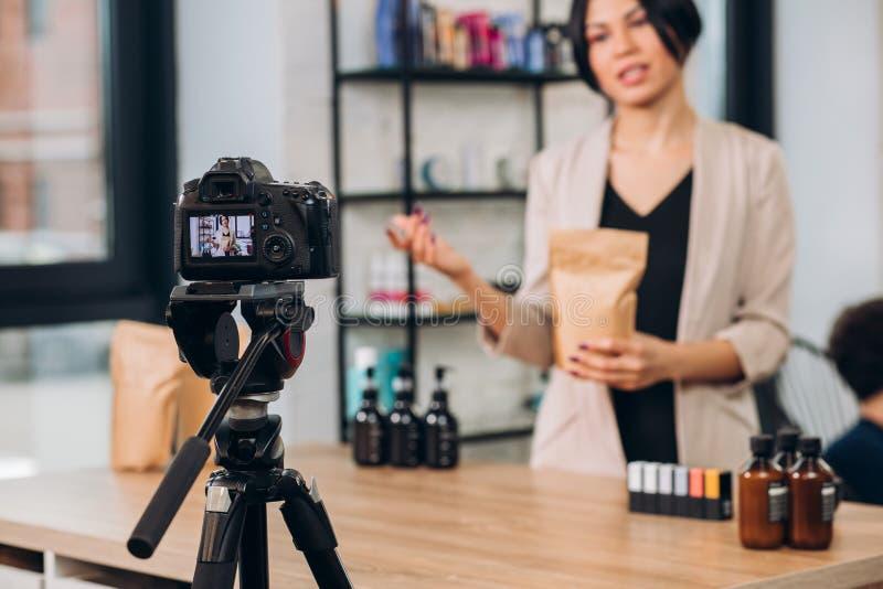 Den unga ambitiösa aktiva kvinnan som skapar en TV-kanal bantar omkring, och hälsa royaltyfria foton