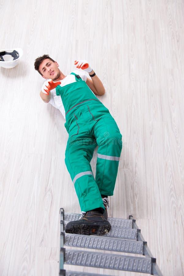 Den unga arbetaren som faller från stegen arkivbilder
