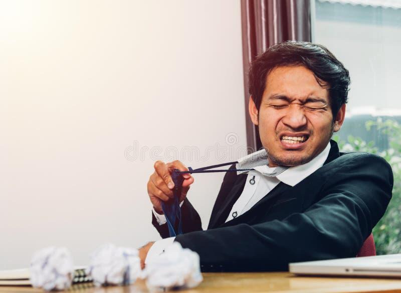 Den unga asiatiska affärsmannen som chefen frustrerade honom, har tröttat fotografering för bildbyråer