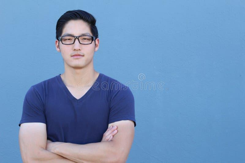 Den unga asiatiska mannen som ser kameran - lagerföra bilden med kopieringsutrymme fotografering för bildbyråer