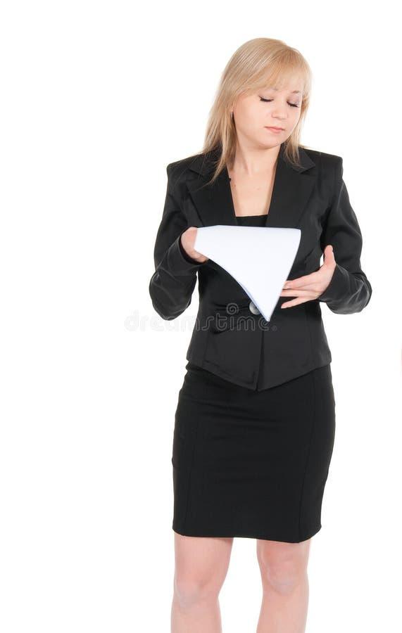Den unga attraktiva affärskvinnan med ett tomt täcker av pappers- som isoleras på vit royaltyfri fotografi