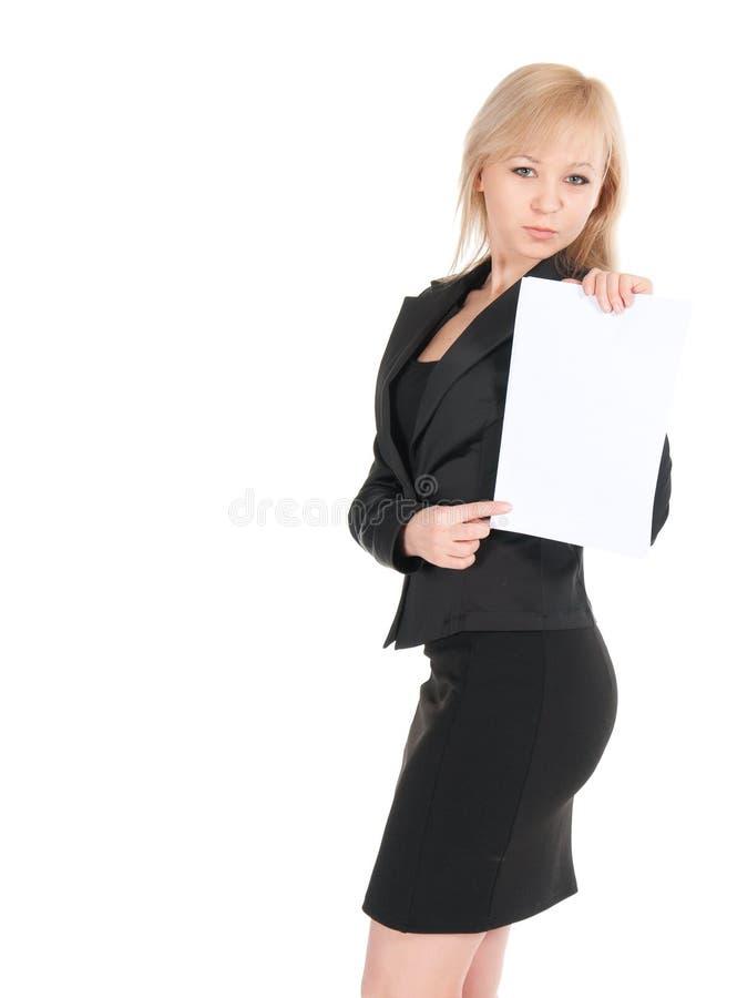 Den unga attraktiva affärskvinnan med ett tomt täcker av pappers- som isoleras på vit royaltyfria foton
