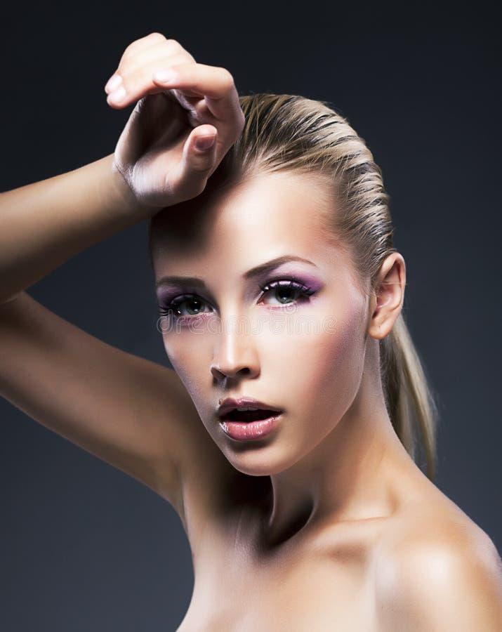 Den unga blonda kvinnan för skönhet - gör ren den nya framsidan arkivbild