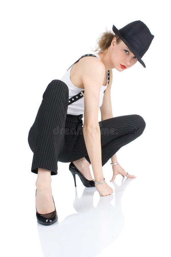 Den unga blondy flickan med den svarta hatten royaltyfria bilder