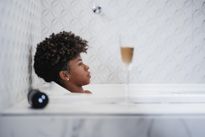Den unga brasilianska kvinnlign lägger i badet royaltyfria foton