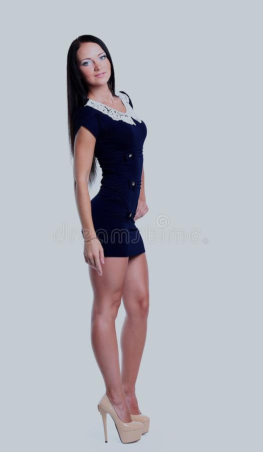 Den unga brunettdamen i blått klär att posera på vit bakgrund royaltyfria bilder