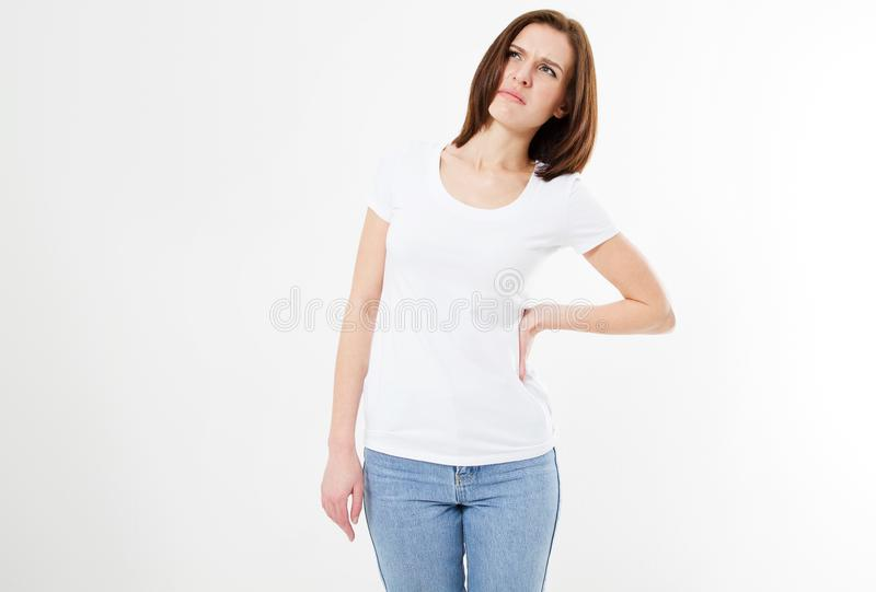 Den unga brunettflickan med baksida smärtar på vit bakgrund som lider kvinnan royaltyfria foton