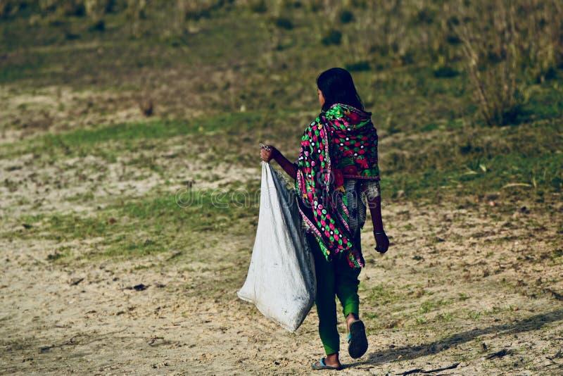 Den unga bydamen bär ett påsematerielfotografi royaltyfria bilder