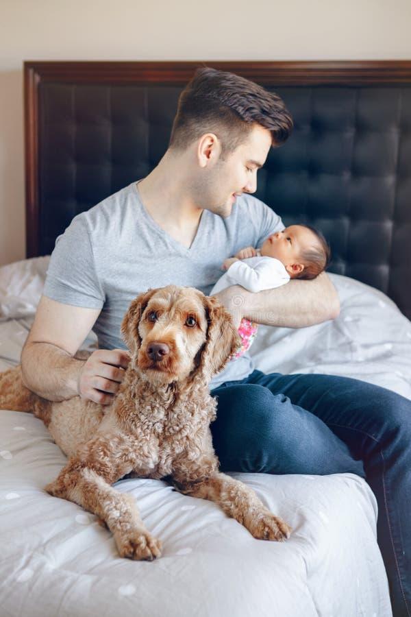 Den unga Caucasian faderfarsan med hans nyf?dda asiatiska kines f?r det blandade loppet behandla som ett barn royaltyfria bilder