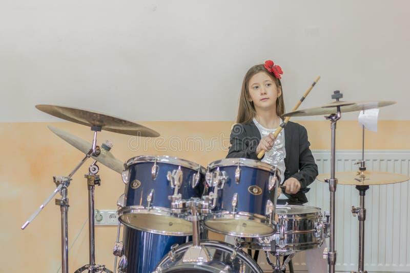 den unga caucasian tonårs- flickan spelar valsarna flicka som spelar valsuppsättningen flickan lär att spela valsar i musikskola royaltyfri fotografi