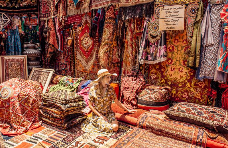 Den unga damen i matta shoppar i Cappadocia Goreme arkivfoto