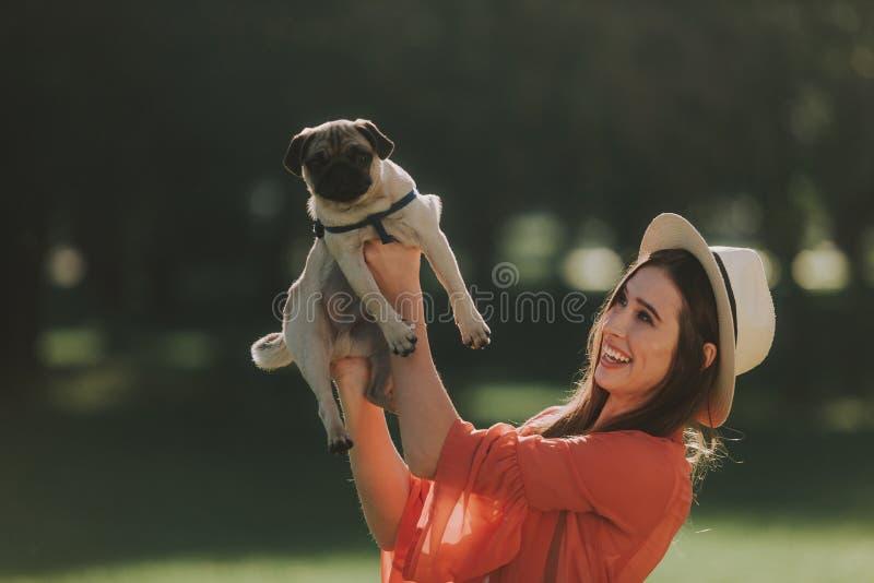 Den unga damen kramar hennes trevliga husdjur royaltyfri bild