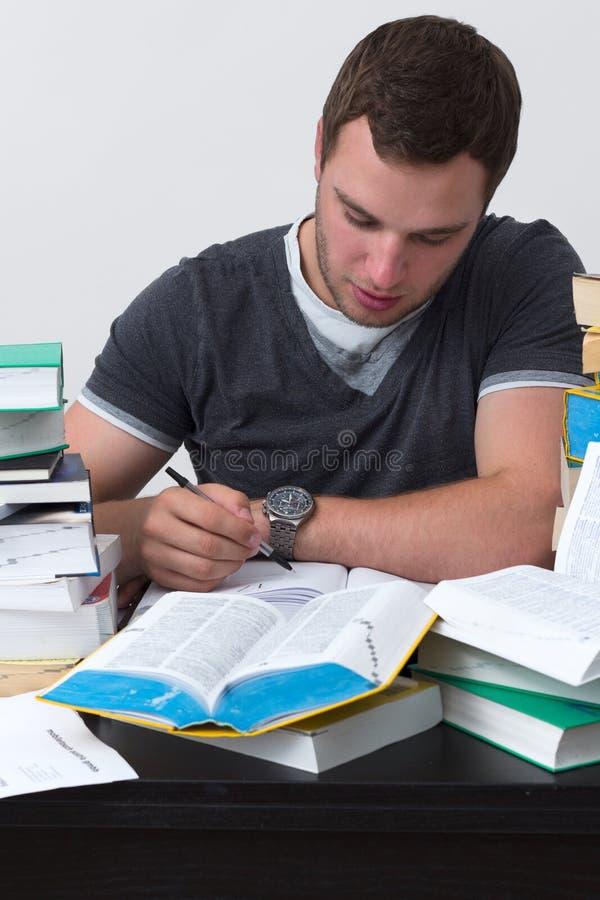 Ung deltagare som förkrossas med att studera arkivfoton