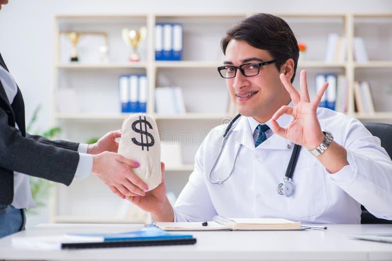 Den unga doktorn i bedrägeribegrepp för medicinsk försäkring arkivbild