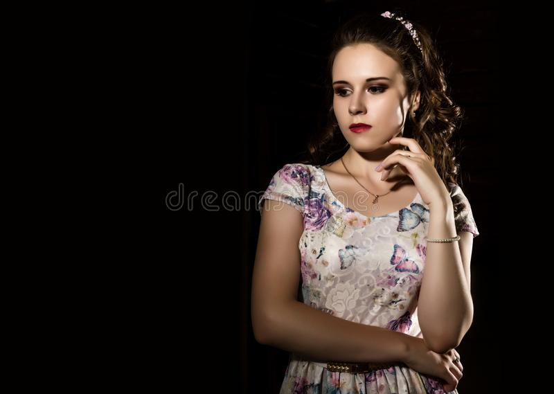 Den unga eleganta kvinnan med den yrkesmässiga frisyren poserar på en vit bakgrund Fritt avstånd för din text arkivbilder