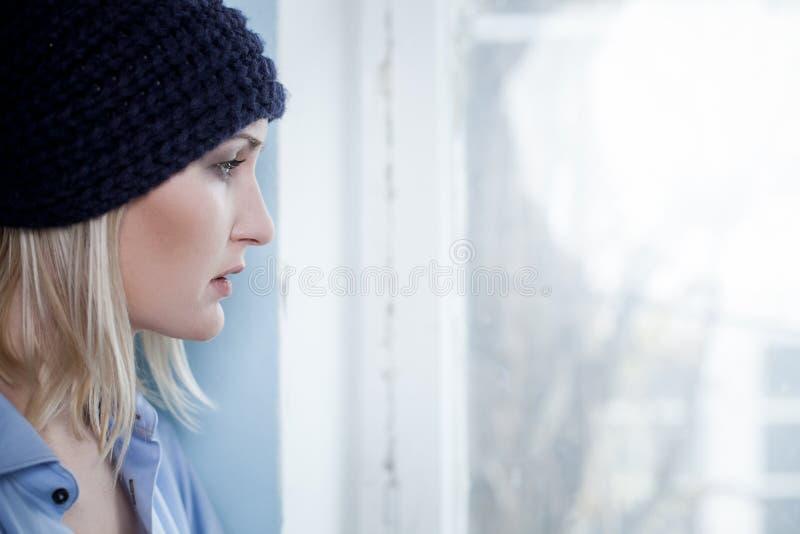 Den unga ensamma blonda flickan har narkotisk böjelse arkivfoton