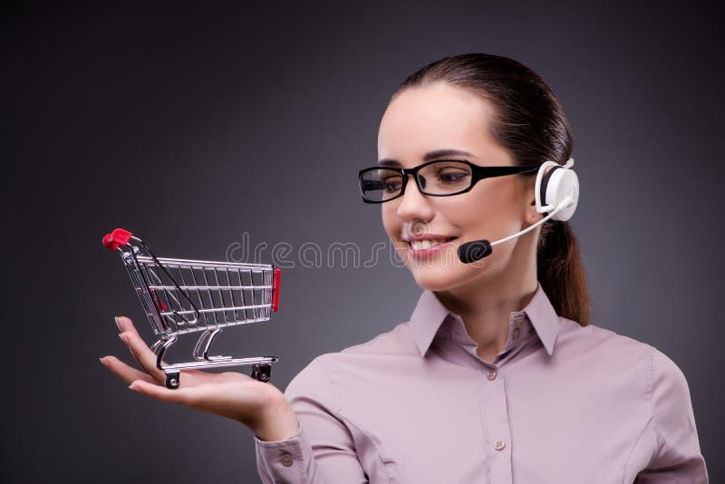 Den unga försäljningsoperatören i telesalesteleshoppingbegrepp arkivfoto