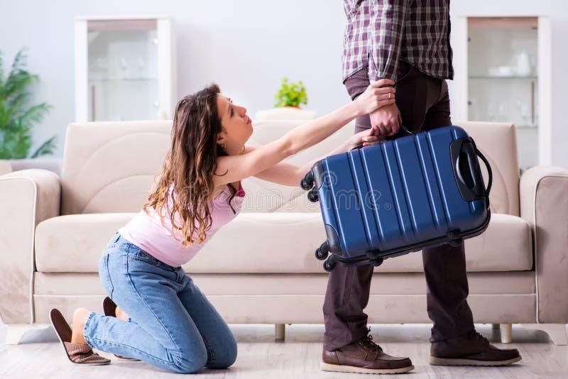 Den unga familjen i brutet förhållandebegrepp arkivbild
