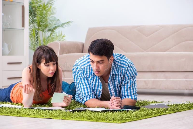 Den unga familjen i budget- planläggningsbegrepp arkivbild