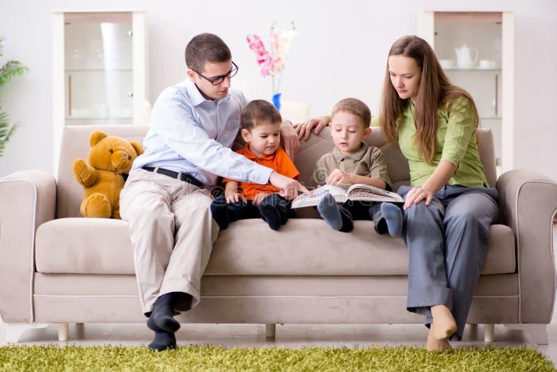 Den unga familjen som hemma spelar i rummet fotografering för bildbyråer