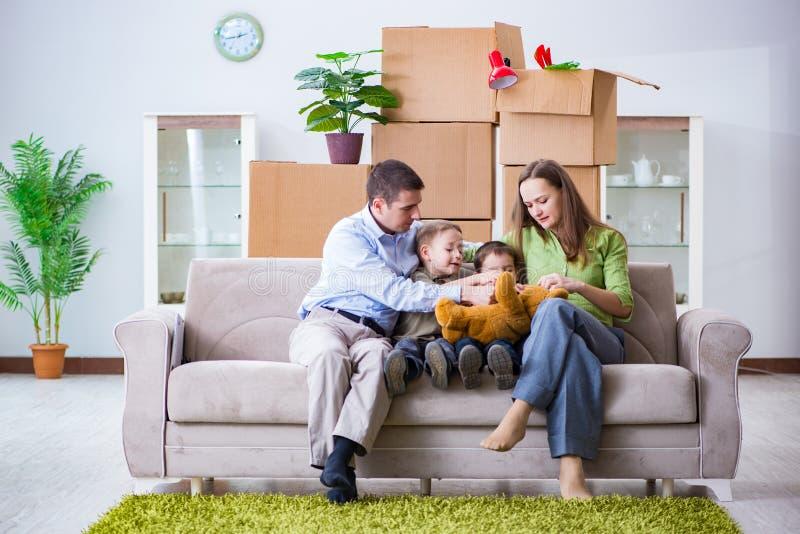 Den unga familjen som hemma tycker om tid arkivbild