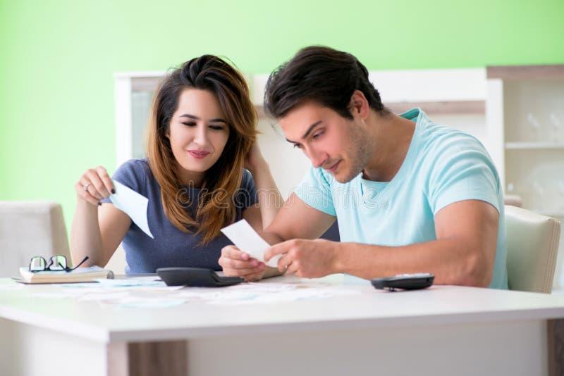 Den unga familjen som kämpar med personlig finans arkivbilder
