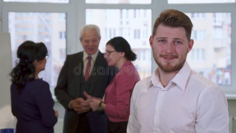 Den unga grabben ser affärsfolk royaltyfria bilder