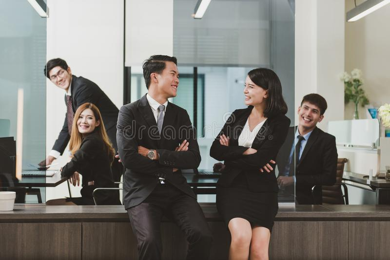 Den unga gruppen för affärsfolk har möte och arbete i regeringsställning mig royaltyfri foto