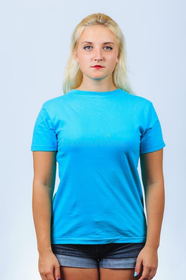 Den unga gulliga blonda flickan står rak arkivfoto