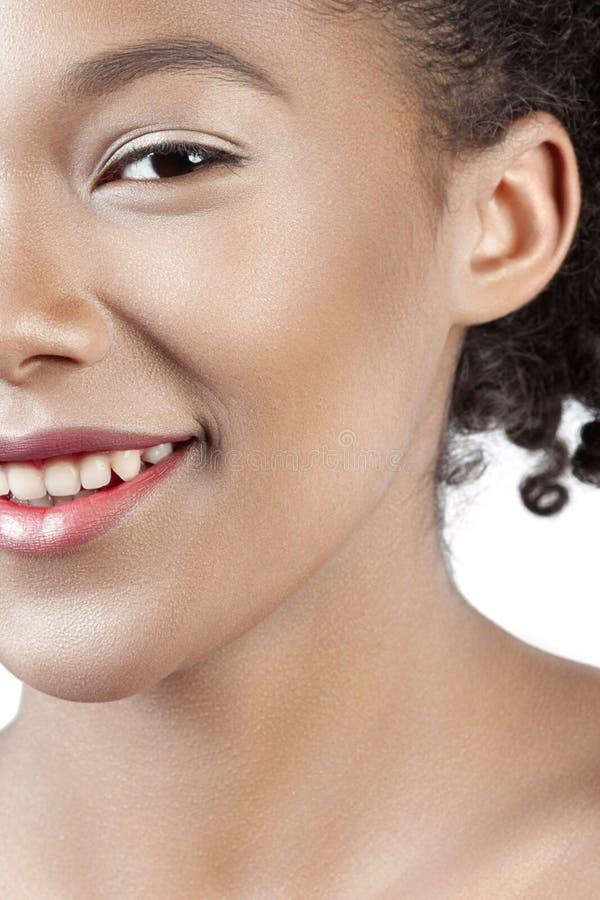 Den unga härliga flickan med perfekt hud för rengöringen ler närbild fotografering för bildbyråer