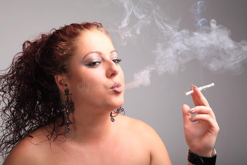 Download Den Unga Härliga Flickan Röker En Cigarett Arkivfoto - Bild av mode, hand: 27282372