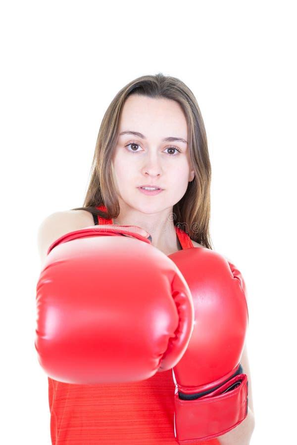 Den unga härliga idrotts- kvinnan som slår i boxninghandskar med långt hår, isolerade vit bakgrund royaltyfri bild