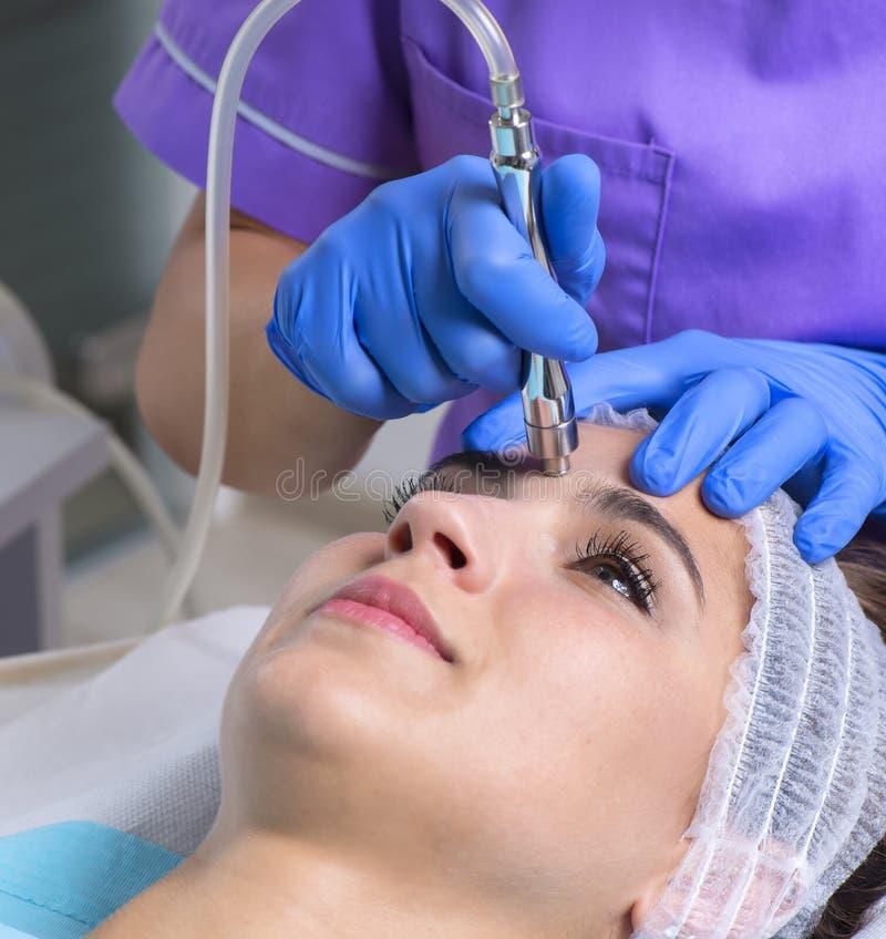 Den unga härliga kvinnan får hudbehandling arkivfoto