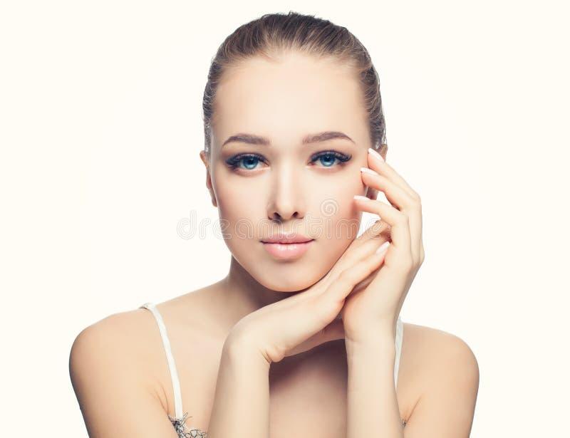 Den unga härliga kvinnan med sund hud, naturlig näck makeup och fransk manikyr spikar arkivfoto