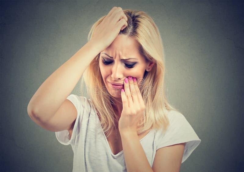 Den unga härliga kvinnan med tanden smärtar arkivfoton