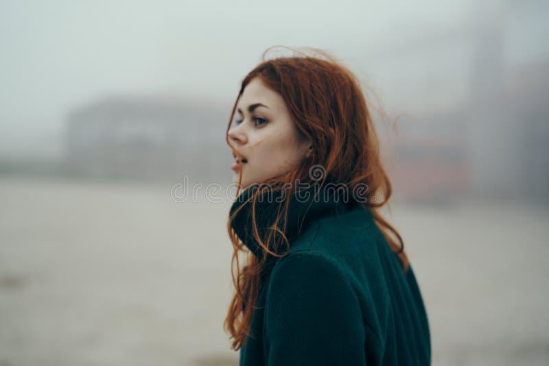 Den unga härliga kvinnan promenerar gatan i staden royaltyfria bilder