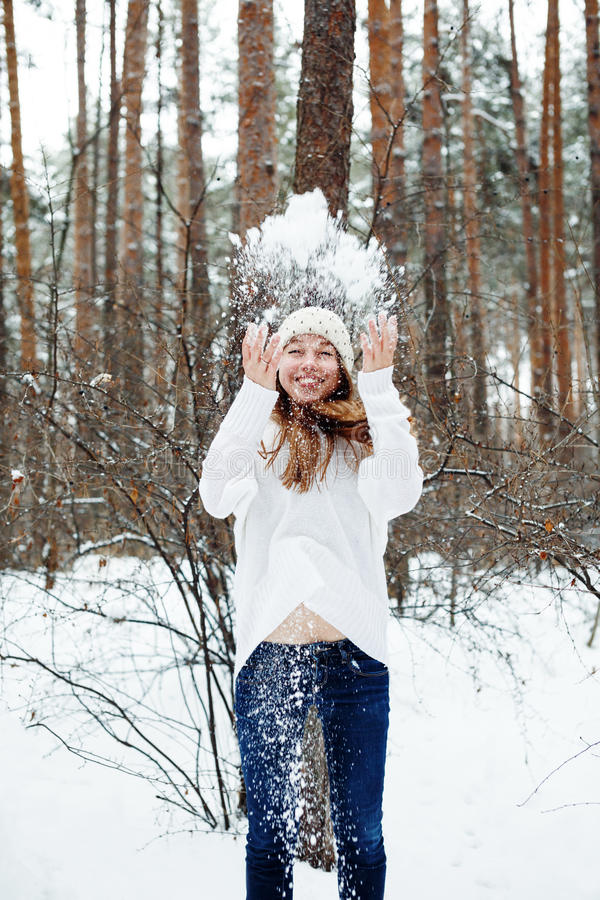 Den unga härliga kvinnan som har gyckel i vinter, parkerar royaltyfria foton