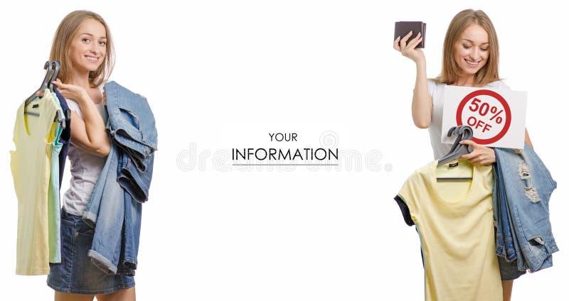 Den unga härliga kvinnasamlingen i händerna av sakert-skjortan jeans som säljer modellen för rabattmodediversehandel, ställde in royaltyfri foto