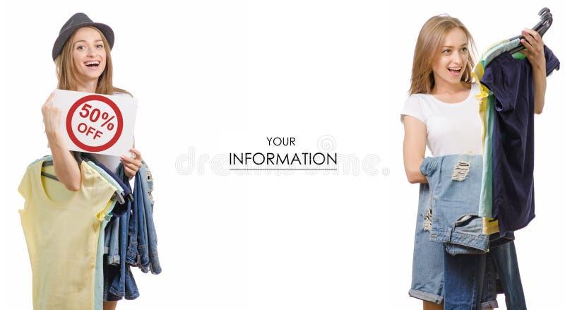 Den unga härliga kvinnasamlingen i händerna av sakert-skjortan jeans som säljer modellen för rabattmodediversehandel, ställde in royaltyfria foton