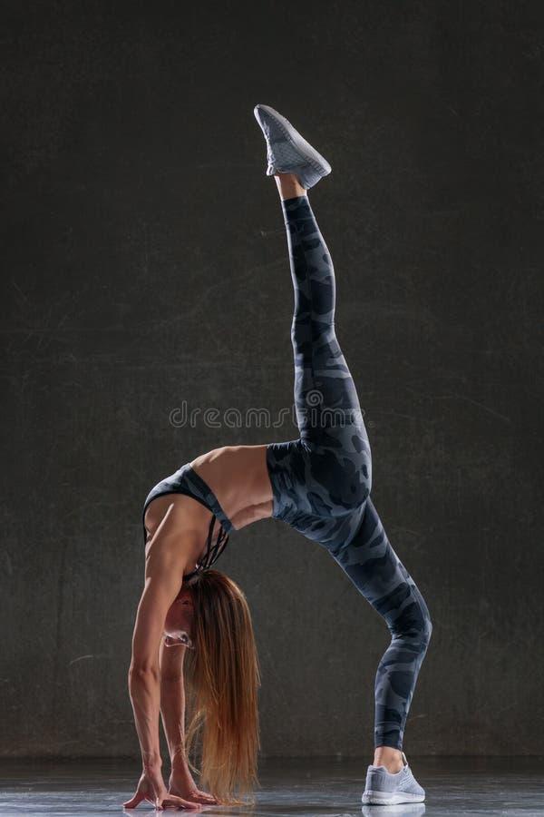 Den unga härliga kvinnliga dansaren poserar i studion fotografering för bildbyråer