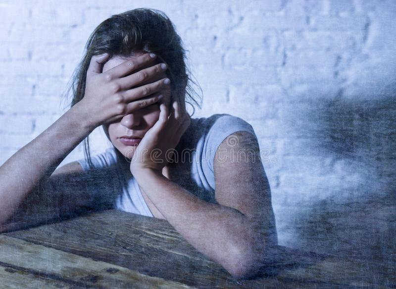 Den unga härliga ledsna och deprimerade kvinnan som ser slösat och frustrerat lidande, smärtar och fördjupningen royaltyfria bilder