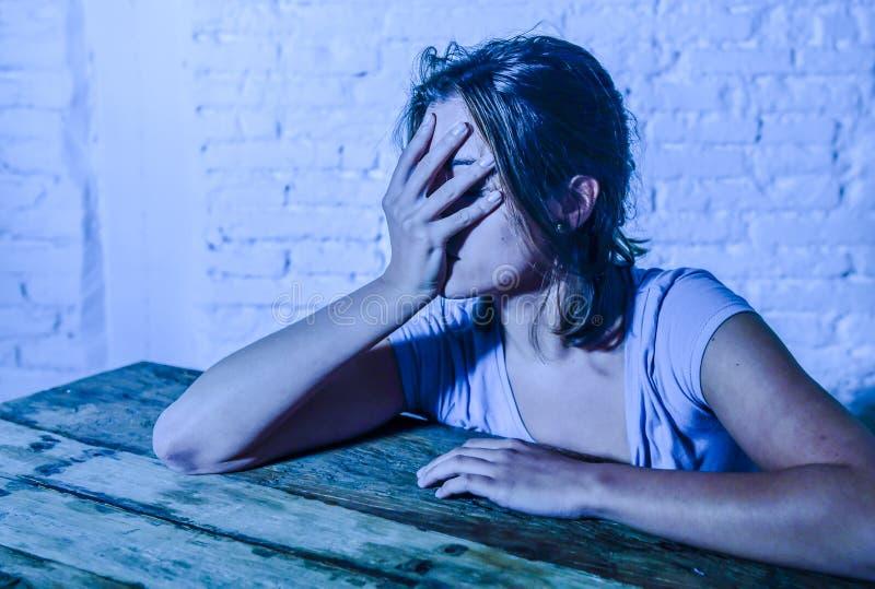 Den unga härliga ledsna och deprimerade kvinnan som ser slösat och frustrerat lidande, smärtar och fördjupningen arkivbilder