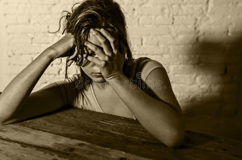 Den unga härliga ledsna och deprimerade kvinnan som ser slösat och frustrerat lidande, smärtar och fördjupningen royaltyfri foto